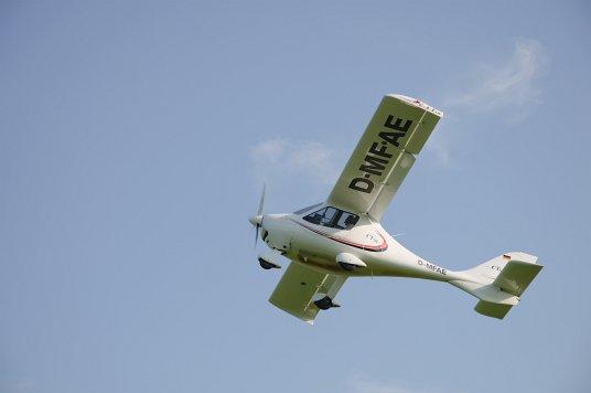 Foto eines Ultaleichtflugzeuges von unten beim Überflug